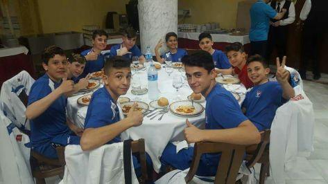 Comiendo con parte de los integrantes de la selección de Madrid