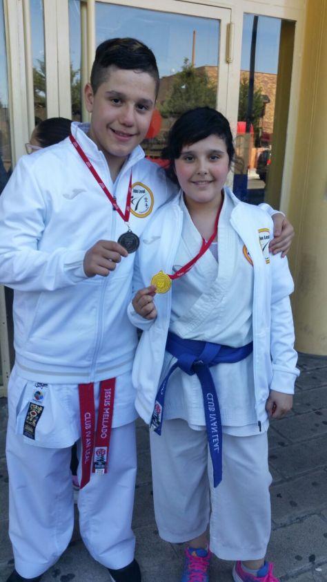 Con Paula Mellado, mi hermana. Cada uno con su medalla de Subcampeón y Campeona de Madrid 2017 en Kumite por Equipos Mixtos (Juvenil e infantil respectivamente).