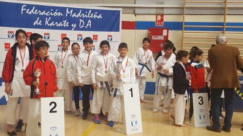 Paula con el resto de compañeros en el Podium como Campeones de Madrid de Clubes Equipos Mixtos - Infantil