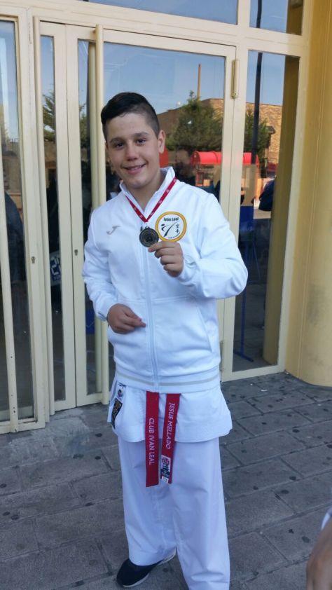 Con la Medalla de Subcampeón.